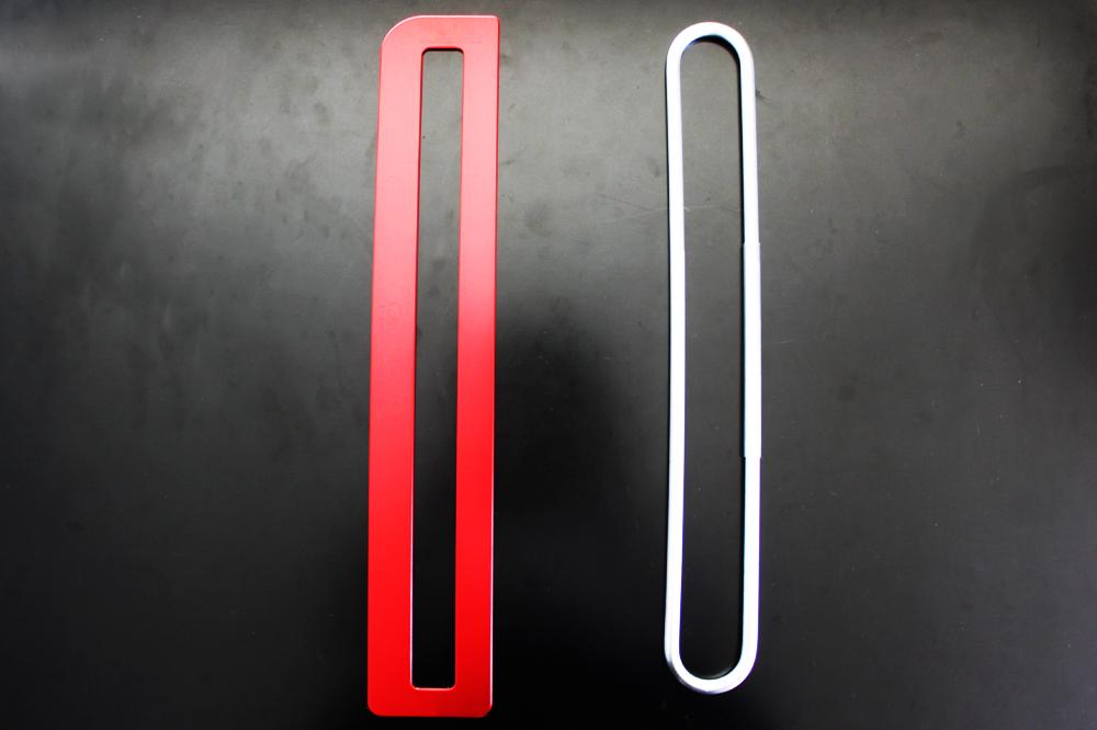 フラットバックル(左)、従来のバックル(右)