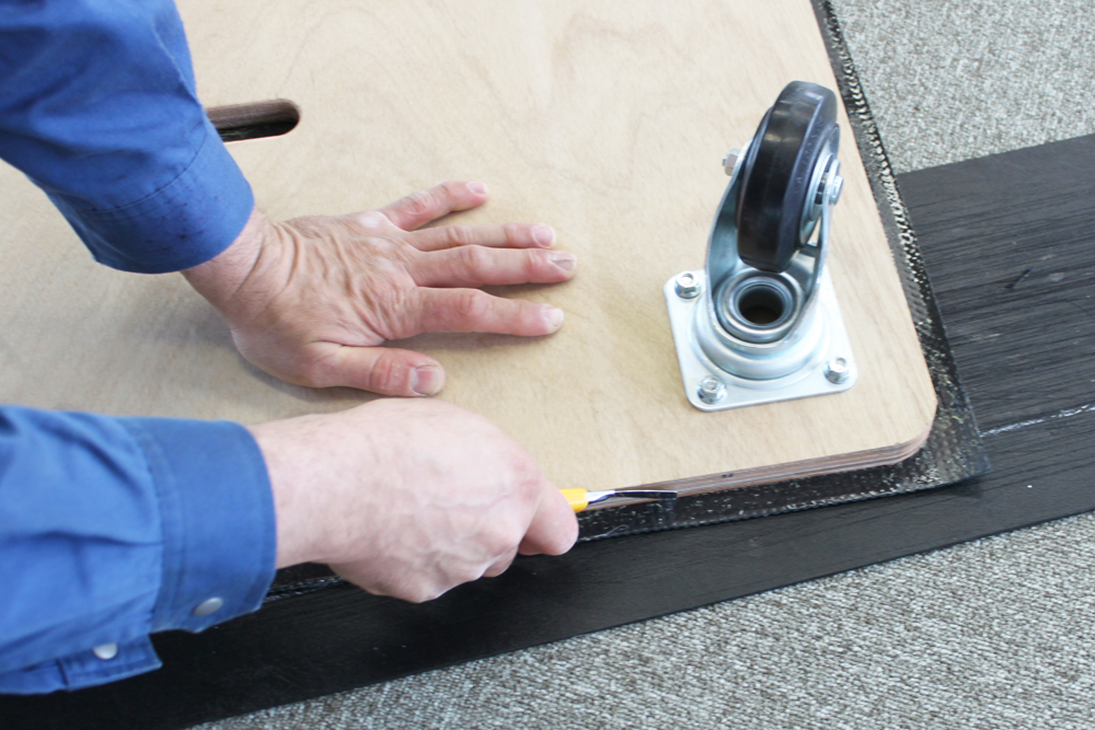 接着後はボンドを乾かすために1~2日程度放置し、ボンドが乾いたら台車からはみ出たゴム板をカッターで切っていきます