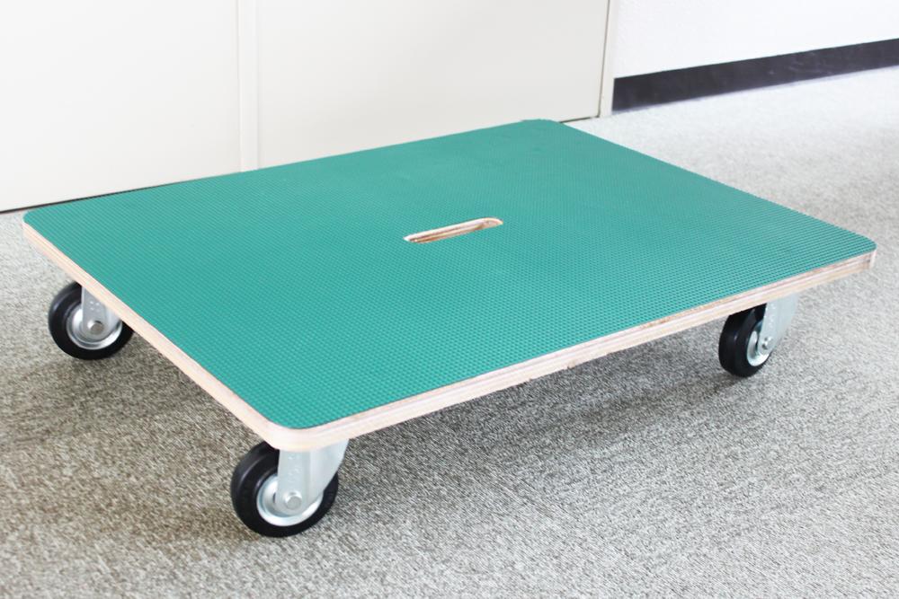 こちらが完成した特注木製台車です。シワや気泡が一切なくきれいにゴム板が貼られています。