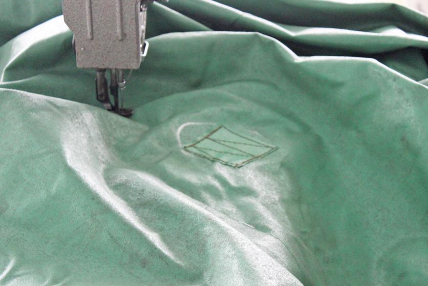 修理箇所から水が浸入しないように厳重に縫い付けます