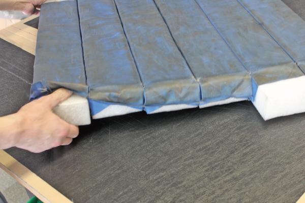 表皮に端から端までハサミを入れて開封し終えたら、芯材を取り出します