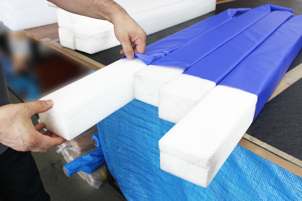 取り出された芯材を新しい表皮(国産ブランドターポリン)に入れていきます