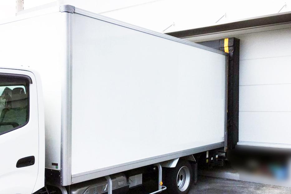 トラック後部の扉を入口に密着させることで、外気を漏らさずに搬入作業が可能です。