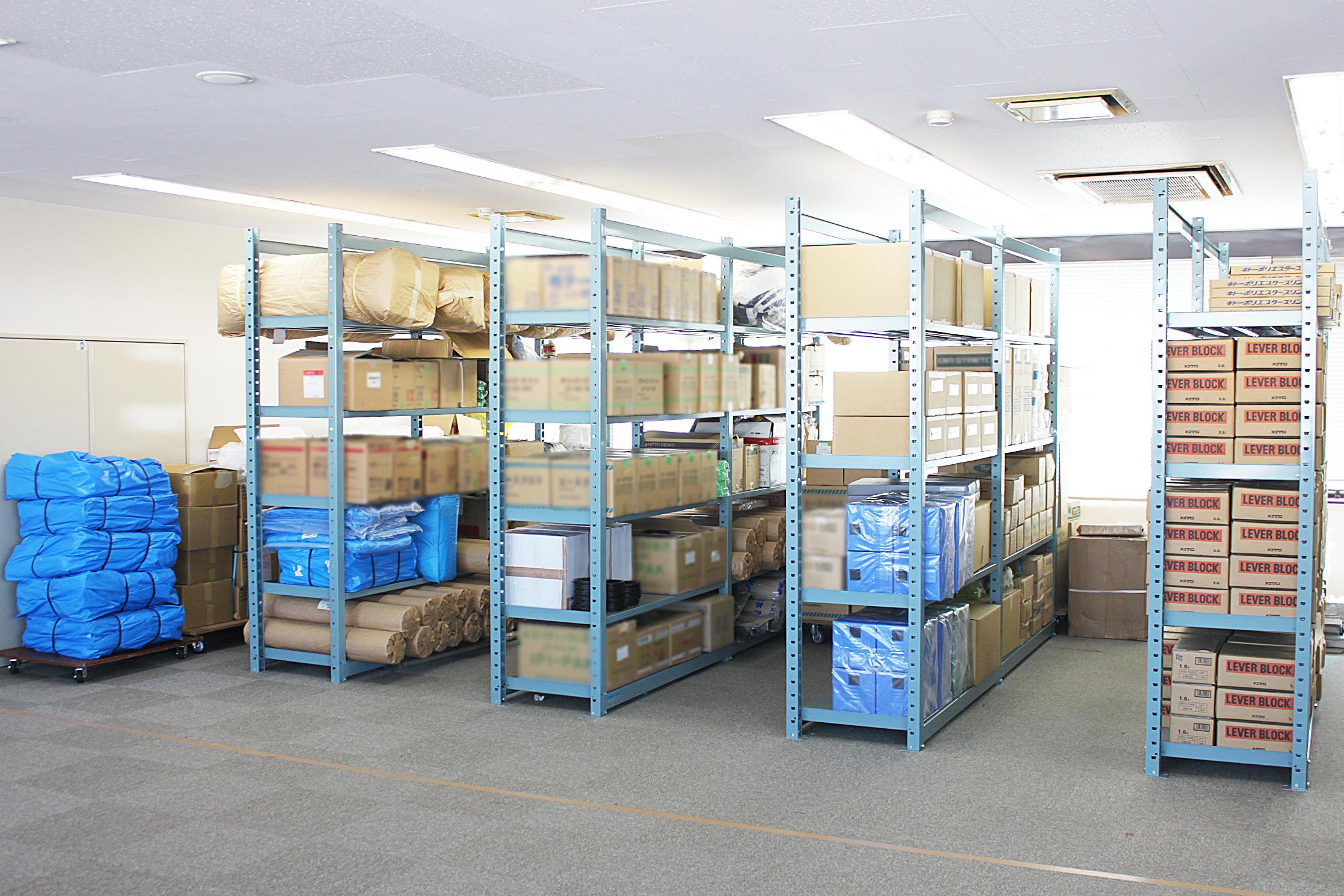 本社ビル6階在庫室 年末年始に備えた在庫品でいっぱいです