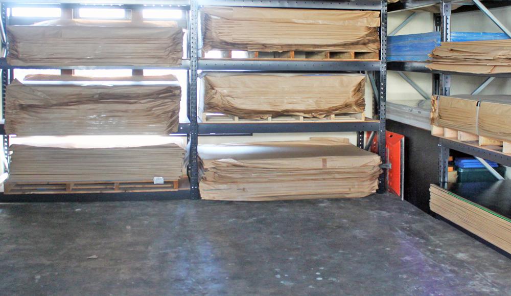在庫状況② パレットで一度に100枚単位でのご注文がある板物商品(導電板カイロン・重量板クロムウェル)も在庫をご用意しています