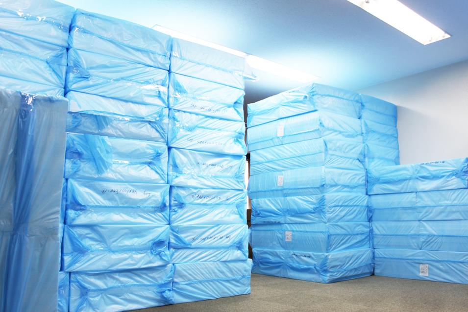 在庫状況③ マルイチの緩衝材で芯材として使われる発泡材エペランⓇも急な大量受注に備え、天井まで積み上げて保管しています
