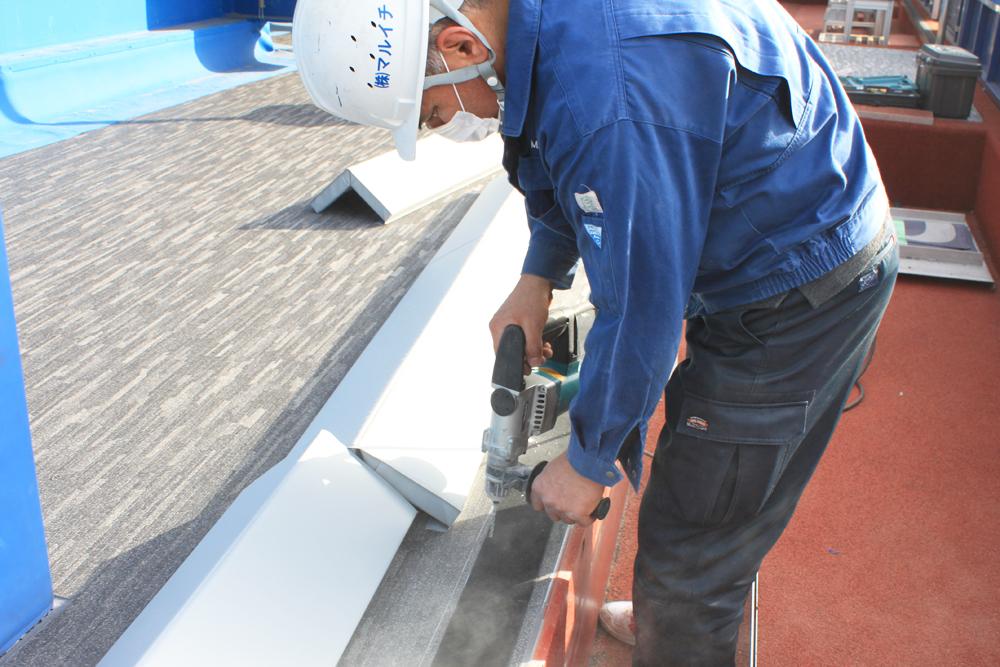 マルイチ製造部が直接現場へ行き、マスク着用のもと、防護マットの施工を行ないました
